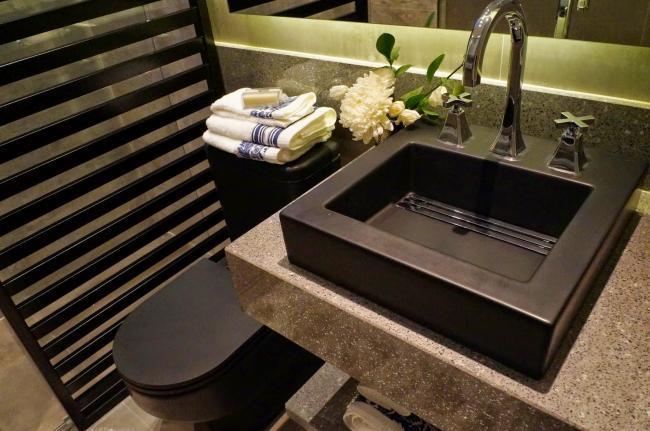 Banheiro_sofisticado_em_tons_de_terra.jpg